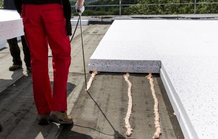 Izolacja termiczna dachu płaskiego zużyciem kleju Soudatherm Roof
