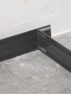 Metalowe łączniki domontażu ramy montażowej podczas montażu okna wwarstwie izolacji termicznej