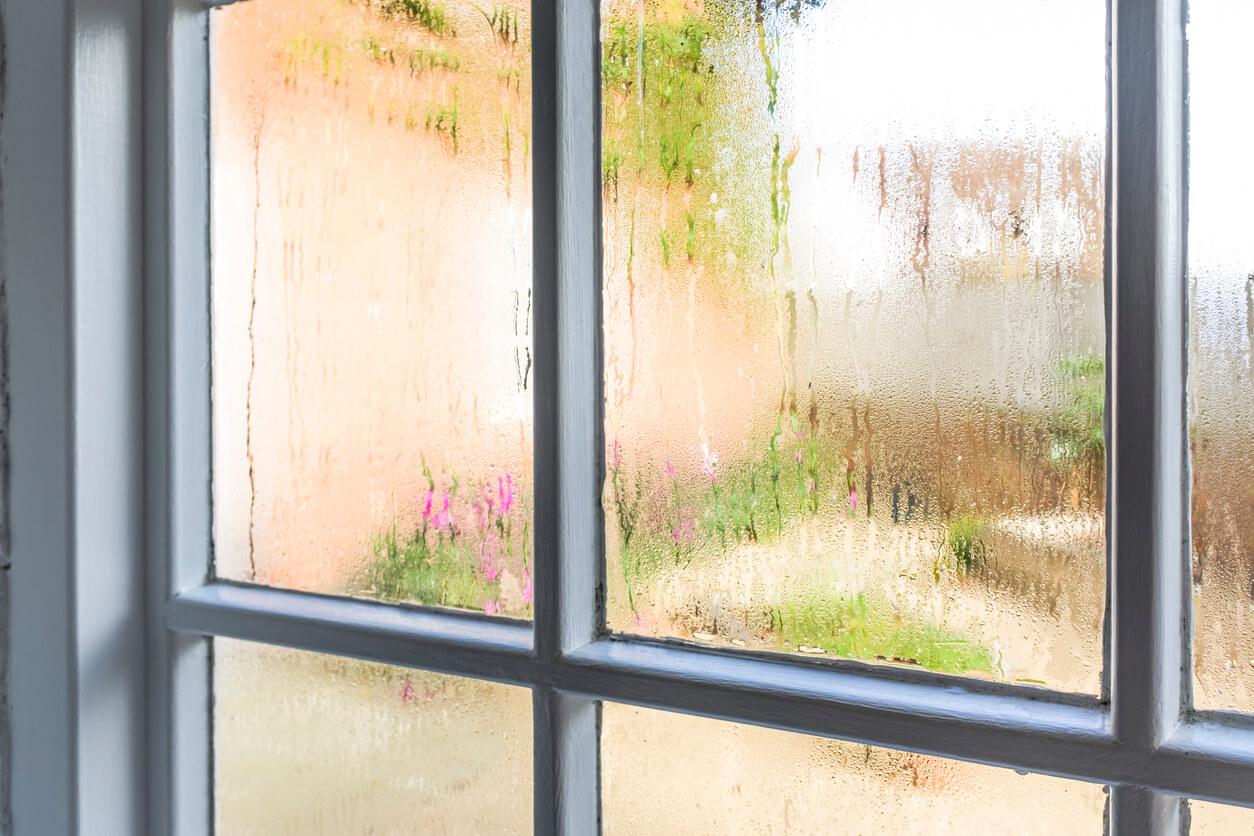 Okno zwidoczną kondensacją pary wodnej