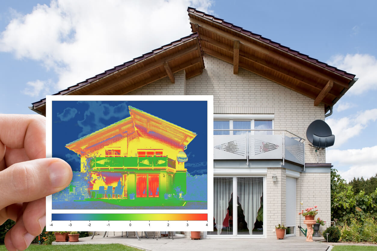 Badanie szczelności budynku kamerą termowizyjną